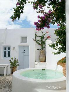 🌟Tante S!fr@ loves this📌🌟Une mini piscine à Santorini en Grèce. Jacuzzi, Timy Houses, Mini Piscina, Mini Pool, Greek House, Small Pools, Small Swimming Pools, Plunge Pool, Pool Designs