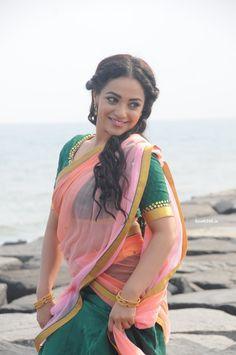 Nithya Menen Romantic Stills From Nee Naan Naam Tamil Movie (18)