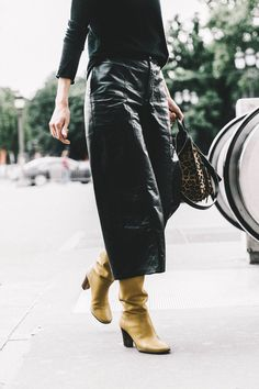 Love these black leather culottes for a cool fall outfit idea Leather Culottes, New York Girls, Mode Inspiration, Street Chic, Street Fashion, Autumn Winter Fashion, Winter Chic, Style Me, Girl Style