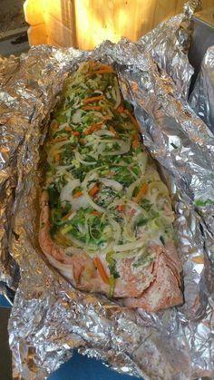 Zalm bbq (insmeren met kruidenkaas, soepgroenten erop, citroen erover druppelen en lekker in folie laten garen) Salmon Recipes, Fish Recipes, Healthy Recipes, Diner Recipes, Barbecue Recipes, Bbq Grill, Fish And Seafood, Food Inspiration, Good Food