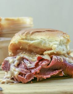 These easy to make Corn Beef Sliders with Horseradish Sauce are savory and packed with great flavors. The creamy horseradish sauce give these sliders a subtle kick that's the perfect compliment to the corned beef. Corned Beef Sandwich, Corned Beef Recipes, Kitchen Recipes, Great Recipes, Dinner Recipes, Easy Recipes, Fast Dinners, Easy Meals, Creamy Horseradish Sauce