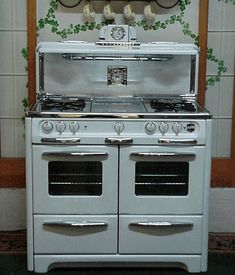 40 Wedgewood Double Oven Glass Doors double ovens double broilers chrome top 4 burners center griddle cook light Salt Peppers timer and a folding shelf Vintage Kitchen Appliances, Kitchen Stove, Retro Kitchens, Old Stove, Vintage Stoves, Antique Stove, Cooking Stove, Chandelier, Le Chef