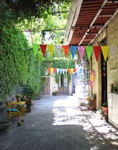 This backyard + lemonade: perfect Side Garden, Terrace Garden, Outdoor Spaces, Outdoor Living, Outdoor Decor, Small Gardens, Outdoor Gardens, Deco Boheme, Outdoor Settings