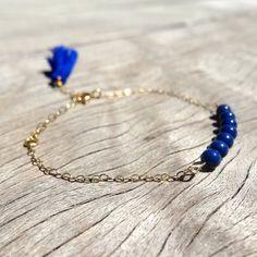 Bracelet fin en perles bleues sur chaine fine en gold filled  et pompon  : Bracelet par missmel