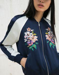 Bomberjacka i broderad satin - null - Bershka Sweden Navy Bomber Jacket, Bomber Jackets, Girl Fashion, Fashion Outfits, Fashion Forecasting, Stylish Jackets, Mode Hijab, Sporty Outfits, Girls Sweaters