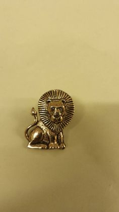 Check out this item in my Etsy shop https://www.etsy.com/listing/213764477/vintage-lion-pin