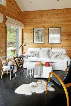 Metsäiseen päätyyn sijoitettiin toinen oleskelutila, jossa voi myös majoittaa vieraita ja katsella televisiota.