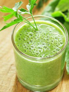 Suco verde antioxidante Rende: 1 copo grande (300 ml)  Ingredientes  • 1 folha de couve (ou outra folhaverde-escura)  • 1 ½ xíc. (chá) de frutasvermelhas congelad...