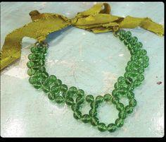 Ecco un bello schema di Ornamentea per realizzare una collana fai da te con perline in vetro verde bottiglia.