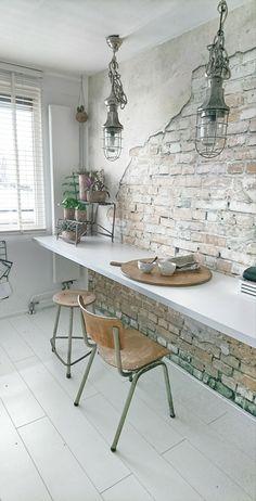 keukenideeen | behang Karwei | stoel/kruk loods5 | lampen PTMD | kaasplank Bertha010 | hangtafel Ikea (keukenblad)