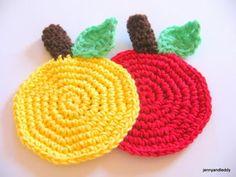 easy apple crochet coaster free pattern- posavasos de ganchillo con forma de manzana. patrón gratis.