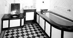 Baño en que se utilizaron con profusión la madera y los azulejos