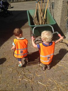 Bij Partou aan de Stille Veerkade in Den Haag gingen ze op bezoek bij de kinderboerderij. De kinderen hielpen gezellig mee.