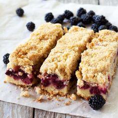 Easy Blackberry Crumble Bars – All food Recipes Blackberry Bars Recipes, Blackberry Crumble, Blackberry Dessert, Blackberry Cheesecake, Just Desserts, Delicious Desserts, Dessert Recipes, Yummy Food, Coconut Sugar Recipes