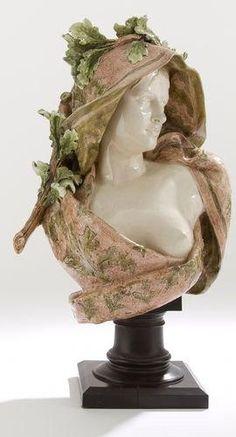 Buste de Velléda de Louis-Robert Carrier-Belleuse pour la Manufacture de Choisy-le-Roi, vers 1900, terre cuite vernissée sur socle en bois noirci, 77 cm (hauteur totale) et 59 cm (hauteur de la sculpture seule), collection particulière.