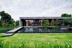 Luksusowy dom w zieleni, zieleń przy luksusowym domu, nowoczesny ogród, nowoczesny basen przy domu, inspiracje, design, pomysły, willa marzeń - zobacz jak wygląda The Wall House czyli kolejny wpis z serii 'Wille marzeń' na blogu Pani Dyrektor. Zapraszam! Zobacz jak wyglądają drzewa w basenie i zainspiruj się!