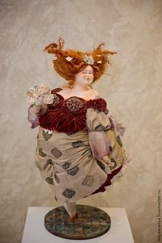 Купить или заказать дама Бубен в интернет-магазине на Ярмарке Мастеров. Дама бубен одна из четырёх дам из серии карточных дам.Дама бубен самая женственная дама ,хранительница домашнего очага с характером наседки и желанием всех накормить и обогреть. Кукла сделана в смешанной технике :паперклей,папье-маше,проволочный каркас по всей фигуре. Одета в натур. шёлк. ,бархат на шёлке,кружево. Ткани расписаны в ручную.Подставка выложена мозаикой,карты нарисованы в ручную в двух форматах.