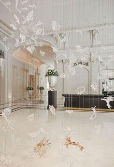 Détail de la sculpture majestueuse de l'entrée de l'hôtel The Peninsula Paris