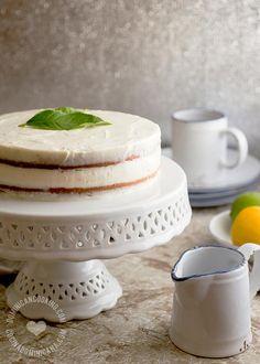 Pastel de Limón Amarillo con Cubierta de Queso Crema: Un pastel esponjoso con un relleno cremoso de queso crema y lima da un resultado espectacular.