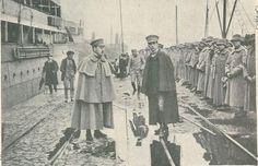 No cais em Lisboa, forças militares portuguesas embarcam para Moçambique.
