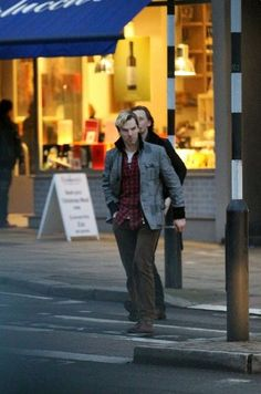 Oh, how I would love to be walking down the street one day and turn my head to be met with this sight. :) WITH HIDDLES IN THE BACKGROUND.
