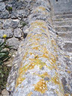 Pasamanos de la escalera a la iglesia de Santa Columba en Fontioso, Burgos, Castilla.