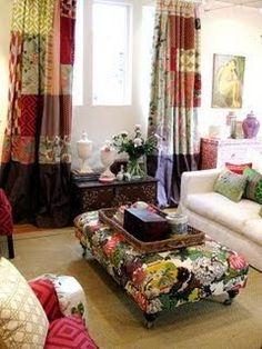 Cortina de retalhos, almofadas e pufe com floral... bem coloridos.