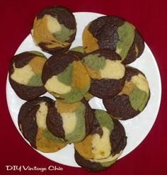 Perfect for Zach! DIY Vintage Chic: Camouflage Cookies - I LOVE this idea! (perfect for care packages! Camo Cookies, Cupcake Cookies, Cupcakes, Hunting Birthday, Hunting Party, Cookie Recipes, Dessert Recipes, Just Desserts, Cookie Decorating