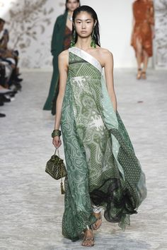 The complete Etro Spring 2018 Ready-to-Wear fashion show now on Vogue Runway. Cheap Prom Dresses, Casual Dresses, Maxi Dresses, Evening Dresses, Look 2018, Estilo Hippie, Mode Boho, Maxi Robes, Maxi Styles
