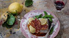 Recept: Lättrimmad hälleflundra med bacon och rödvinssås