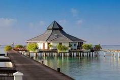Maldives, Sun Island Resort and Spa is situated on Nalaguraidhoo and provides 5-star accommodation as well as a Jacuzzi. It also offers a steam bath, outdoor tennis courts and a sauna.