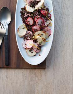 Pour une fois, nous servons la saucisse de veau classique grillée autrement qu'avec du pain et de la moutarde. Coupée en rondelles et accompagnée de lentilles et de radis, nous en faisons une salade de viande qui sort de l'ordinaire. Bratwurst, Valeur Nutritive, Nutrition, Grill, Vegetables, Cooking, Mustard, Sausages, Kitchens