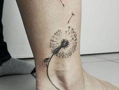 tatouage pissenlit cheville tattoo coccinelle fleurs