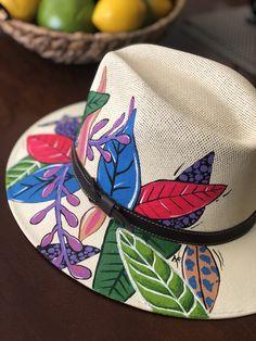 Pintadotoditoamano.com Sombreros pintados a mano, personalizados! Hecho en Mexico Painted Hats, Painted Clothes, Hand Painted, Mexican Hat, Hat Decoration, Summer Hats, Caps Hats, Fascinator, Decoupage