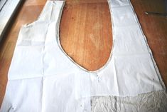 Cross-over Linen Apron – Sewing Tutorial – Our Gabled Home – Sewing Projects Vintage Apron Pattern, Apron Pattern Free, Aprons Vintage, Sewing Patterns Free, Free Sewing, Apron Patterns, Retro Apron, Dress Patterns, Sewing Kids Clothes