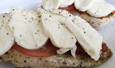 Mozzarella, tomaat en pesto is sowieso al een heerlijke combinatie, maar met een kipfilet erbij wordt het helemaal smullen. Dit gerecht is wel aardig rijk aan calorieën dus neem er niet al teveel van. De verleiding zal erg groot zijn  De bovenstaande foto is overigens genomen voordat het gerecht de oven in ging. Daarna …