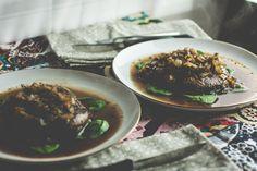 Portobello Pilz Steaks - Das saftige, Portobello Steak Ihre Gelüste zu befriedigen und satt machen.  Mit Zwiebeln, Balsamico-Essig, Mirin und Kräuter Gebratene es ist eine mitfühlende Alternative zu essen unsere pelzigen Freunde!