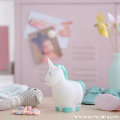 Luz mágica para soñar bonito. Esta luz infantil nocturna con formita de unicornio será la mejor compañera de aventuras de tu peque y quedará genial en su habitación. #mrwonderfulshop #baby #magic #night #light #unicorn
