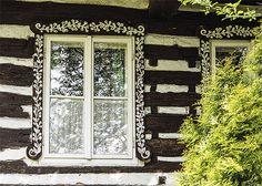 Někde se dřevěné okenní obložky bohatě vyřezávaly, jinde se zdobily ornamenty Cottage, Cabin, Windows, Casa De Campo, Cabins, Cottages, Window, Ramen, Cubicle