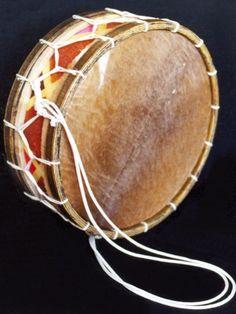 Tradicionalmente, a zabumba era de madeira, com peles mantidas esticada por cordas. A Zabumba moderna pode ser de madeira ou de metal e pode ter sistemas de sintonização de metal.