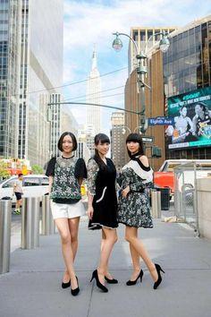 エンパイア・ステート・ビルとマディソン・スクエア・ガーデンをバックに並ぶPerfumeの(左から)のっち、あ~ちゃん、かしゆか=米ニューヨーク