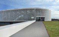 Centro Desportivo em Alcazar de San Juan / Rojo/Fernandez-Shaw