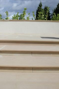 These Darleymoor Buff Yorkstone Steps are perfect for both traditional and contemporary settings with their consistent warm pinky-buff colouring.
