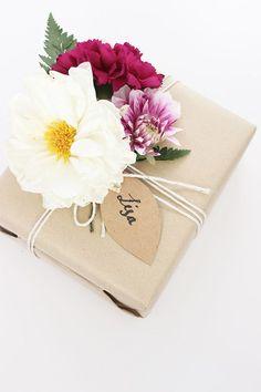 Geschenkverpackung mit Chrysanthemenblüten - Tollwasblumenmachen.de