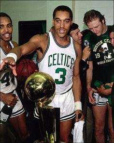 Fotografia de notícias : Dennis Johnson Boston Celtics celebrates in the. Celtics Basketball, Basketball Legends, Sports Basketball, Basketball Players, Detroit Basketball, Basketball History, Larry Bird, Boston Celtics, Dennis Johnson