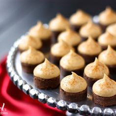Espresso Brownie Bites With Kahlua Buttercream Sometimes grown-up gatherings call for grown-up desserts. And these Espresso Brownie Bites with Kahlua Buttercream Kisses are the sweetest little way to top off an evening with friends Mini Desserts, Just Desserts, Delicious Desserts, Dessert Recipes, Yummy Food, Quick Dessert, Yummy Treats, Sweet Treats, Kisses Recipe