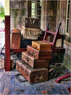 old_luggage Train Depot Vintage Suitcases, Vintage Luggage, Vintage Travel, Vintage Baskets, Old Trunks, Vintage Trunks, Antique Trunks, Vintage Love, Retro Vintage