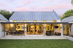 Extraordinary modern farmhouse in rural Texas by Olsen Studios (Step Design Exterior) Modern Farmhouse Design, Modern Farmhouse Exterior, Farmhouse Style, Farmhouse Decor, Urban Farmhouse, Farmhouse Layout, Farmhouse Interior, Country Style, Farmhouse Architecture
