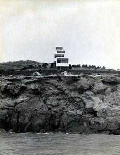 La vivienda, situada en Isla Plana (Cartagena), es obra del arquitecto españolMiguel Fisac quien, en uno de sus múltiples viajes, quedó cautivado por el paisaje y decidió levantar una casa para su…