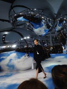 Huge silver balloons provide the runway backdrop at Christian Dior, Fall 2013 Fashion Runway Show, Fashion Week, World Of Fashion, Fashion Installation, Installation Art, Alexandre De Betak, Vogue Paris, Future Of Science, Window Display Design